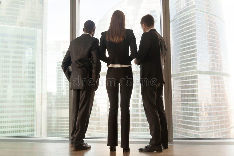 Multinationale Teilhaber, die zusammen stehen lizenzfreies stockbild
