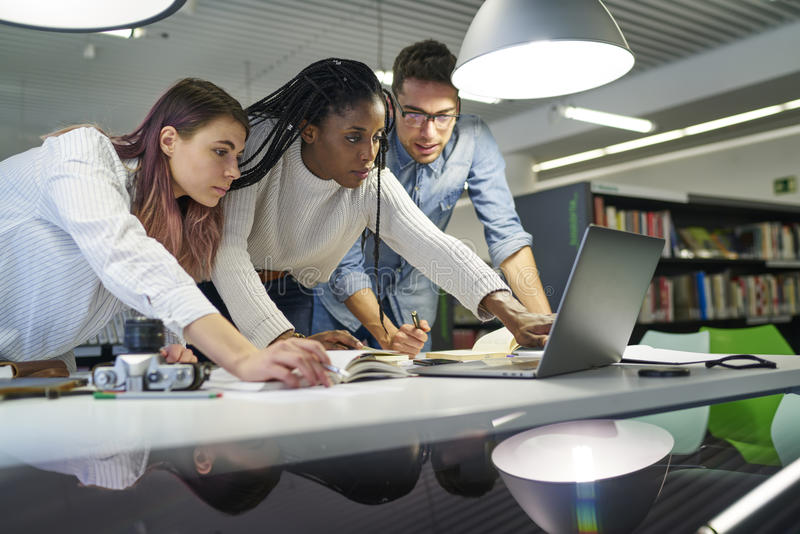 Multinationales Team von Geschäftsschülern in coworking Büro lizenzfreie stockfotografie