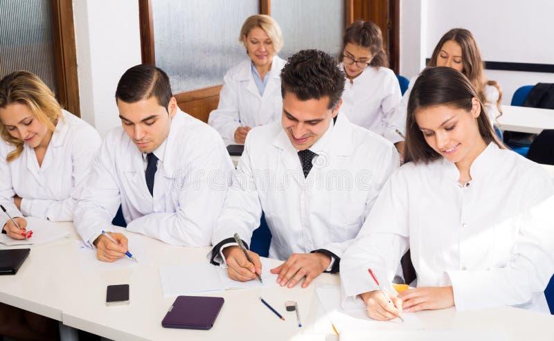 Multinationellt företagallmäntjänstgörande läkare och professor som har diskussion arkivfoton