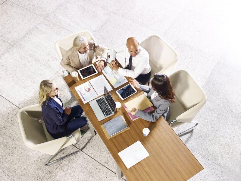 Multinationellt och multietniskt möte för folk för företags affär arkivbild