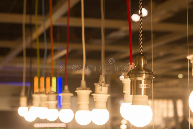 Multipel LEDD lampSOLljus och hängning i rad på de långa kablarna av olika färger royaltyfria bilder