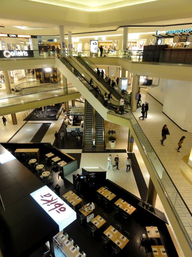 Multipelgolv inre Beverly Center denslut shoppinggallerian royaltyfri fotografi