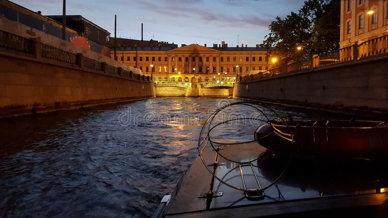 Multiplication du pont de palais à St Petersburg pendant les nuits blanches Vue de Neva River au pont augmenté, à l'Amirauté et a photographie stock libre de droits