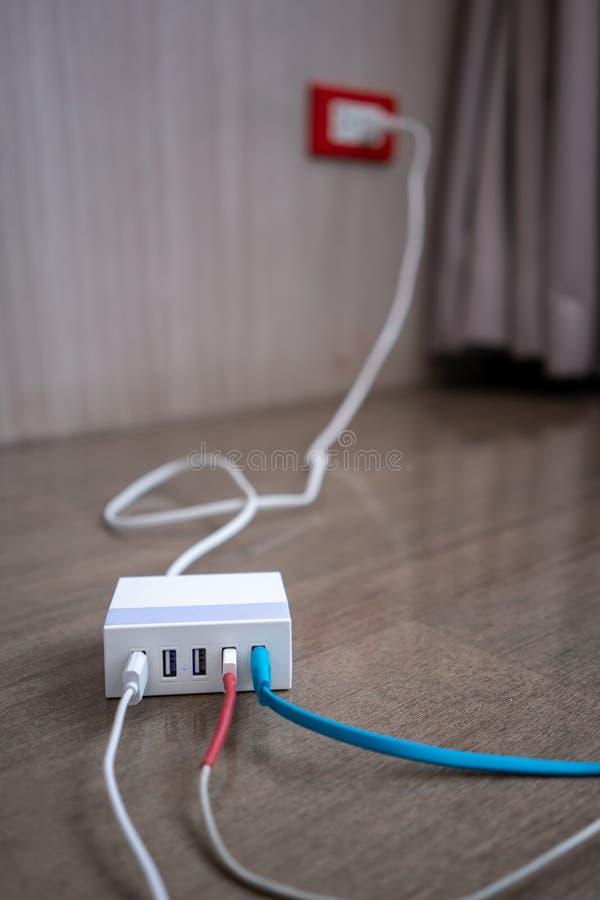 Multiport USB władzy adaptor ładowarka dla mądrze pastylki i telefonu fotografia stock