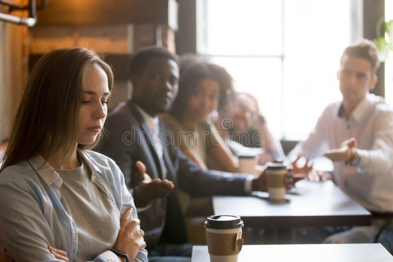Multiracial друзья пробуя сделать мир с обиденный оскорбленный стоковая фотография rf