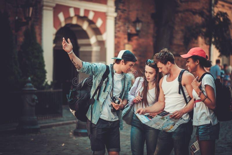 Multiracial туристы друзей в старом городе стоковые изображения rf