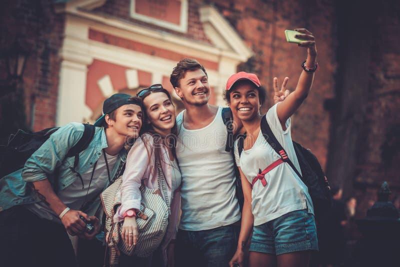Multiracial туристы друзей в старом городе стоковое изображение
