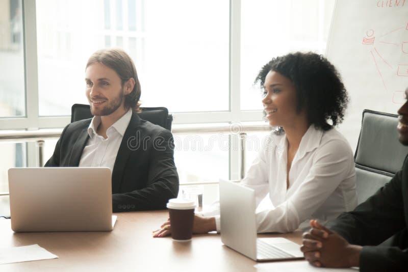 Multiracial усмехаясь участвуя бизнесмены групповой встречи стоковое фото rf