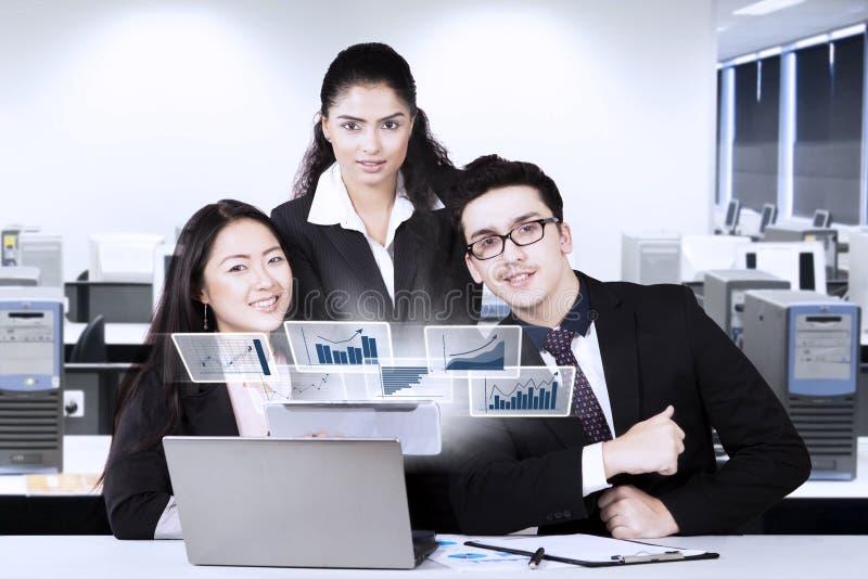 Multiracial biznes drużyna patrzeje sukces obrazy stock
