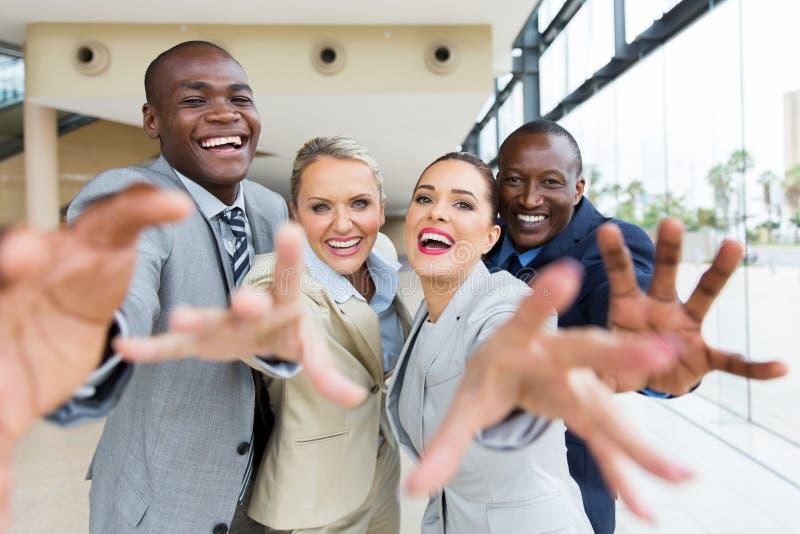 Multiracial biznesmenów dosięgać zdjęcie stock