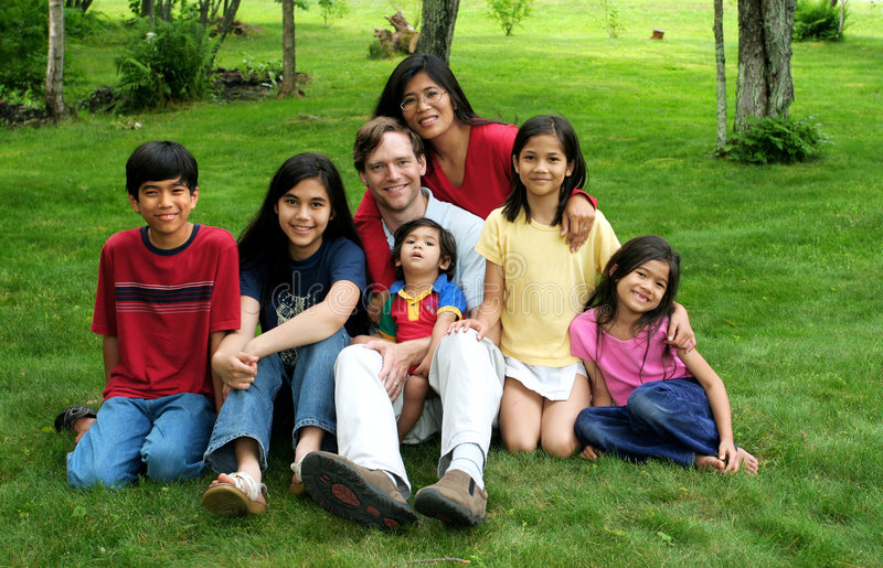 multiracial familj royaltyfri fotografi