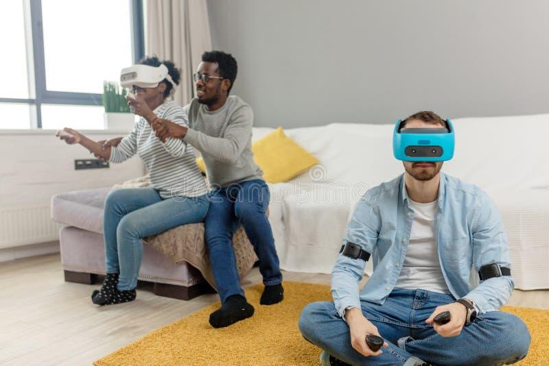 Multiracial grupa próbuje na 3D rzeczywistości wirtualnej gogle przyjaciele ma zabawę fotografia stock