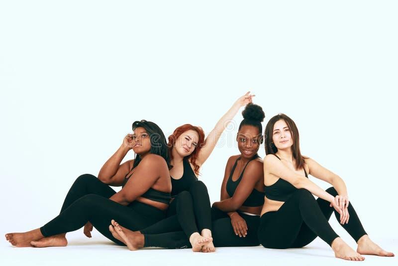 Multiracial kobiety z różnym stojakiem wpólnie, uśmiechem rozmiaru i pochodzenia etnicznego i obrazy royalty free
