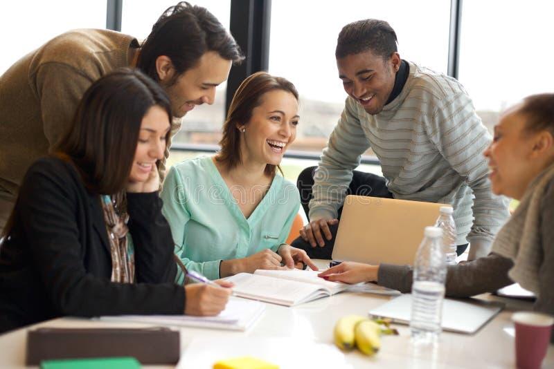 Multiracial młodzi ludzie cieszy się grupową naukę obrazy stock