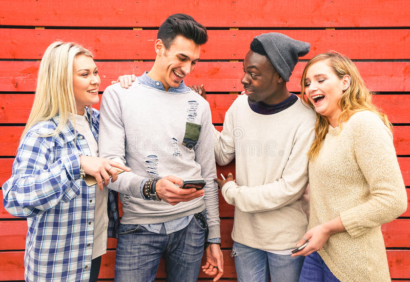 Multiracial modnisiów najlepszych przyjaciół grupa ma zabawę wpólnie zdjęcia royalty free