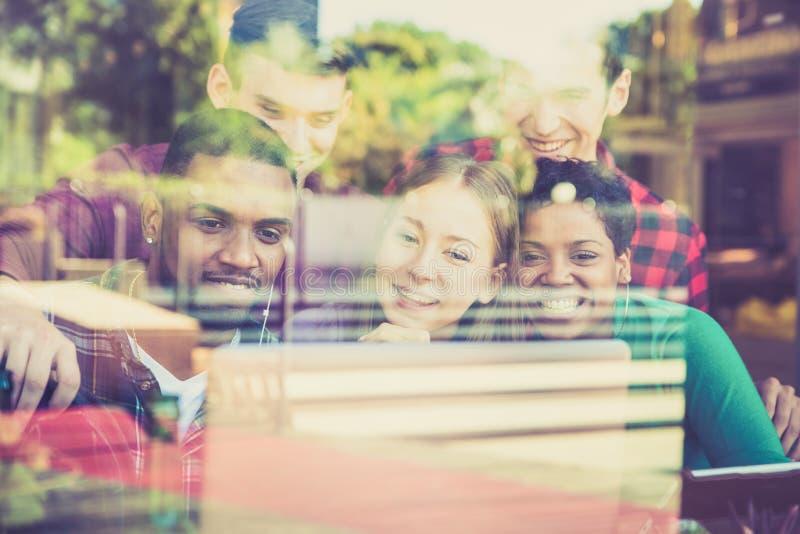 Multiracial najlepszych przyjaciół grupowy używa komputerowy laptop obraz royalty free