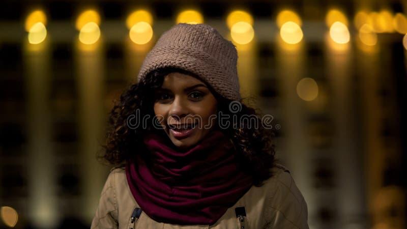 Multiracial nastoletnia dziewczyna ono uśmiecha się i pozuje dla kamery, wekslowi ucznie programuje zdjęcia royalty free