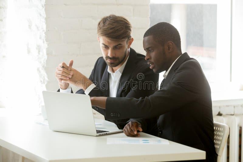 Multiracial partnery biznesowi dyskutuje online projekt w kostiumach obraz stock
