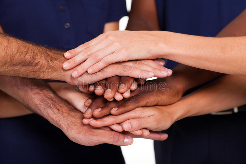 Multiracial räcker teamwork arkivfoton