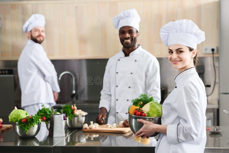Multiracial szefów kuchni drużynowy działanie na profesjonaliście zdjęcie stock
