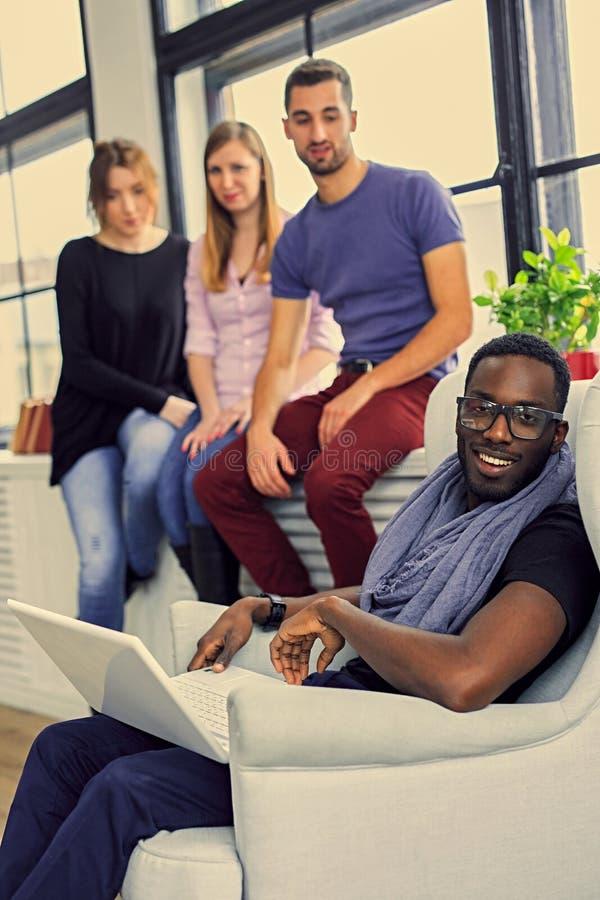 Multiracial ucznie w pokoju obrazy stock