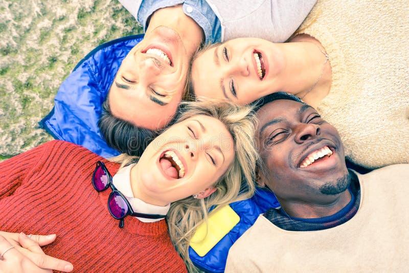 Multiraciale beste pret hebben en vrienden die samen lachen stock fotografie