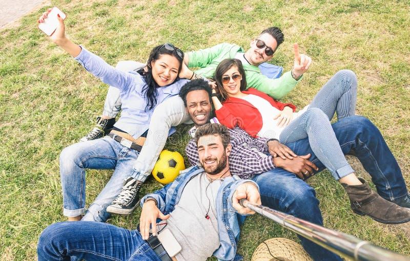 Multiraciale beste vrienden die selfie bij Gelukkige weidepicknick nemen - royalty-vrije stock foto