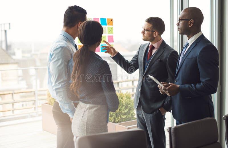 Multiraciale commerciële teambrainstorming stock foto's