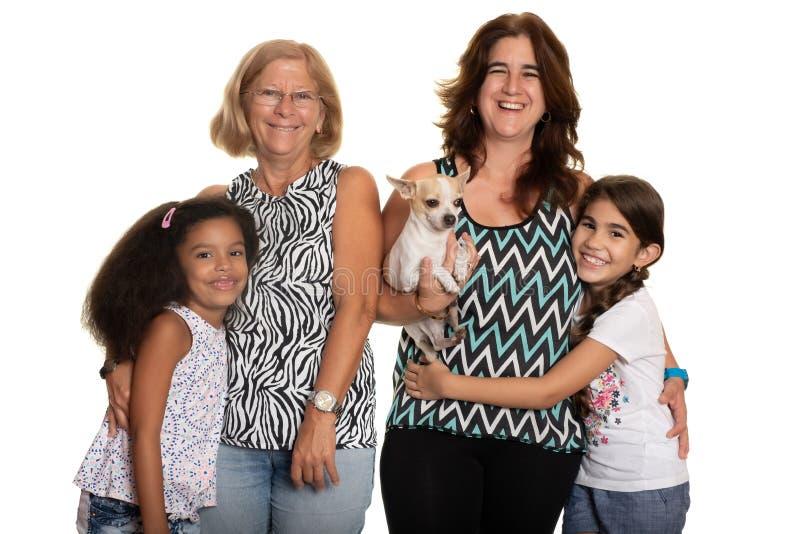Multiraciale familie - Mamma en grootmoeder die hun gemengde raskinderen koesteren royalty-vrije stock afbeelding