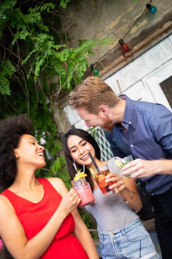 Multiraciale groep vrienden die pret en het spreken hebben stock foto