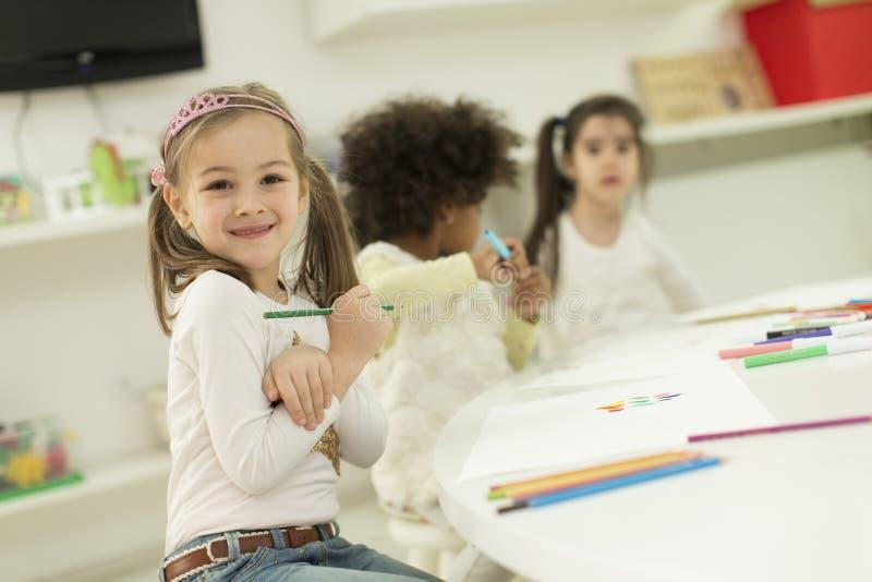 Multiraciale kinderen die in de speelkamer trekken royalty-vrije stock foto's
