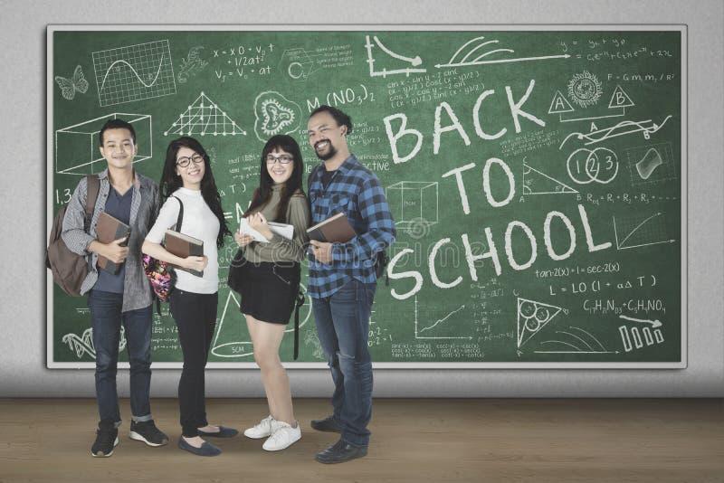 Multiraciale studenten met gekrabbel op het bord stock afbeelding
