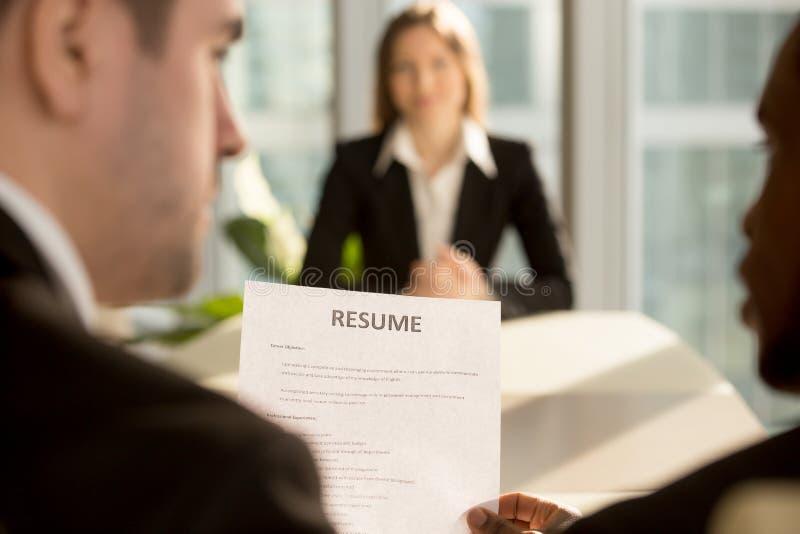 Multiraciale werkgevers die het huren besluit, nadruk inzake samenvatting, j nemen stock afbeelding