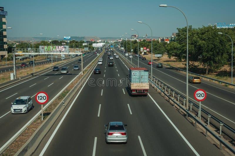 Multisteegweg met zwaar verkeer in Madrid stock afbeeldingen