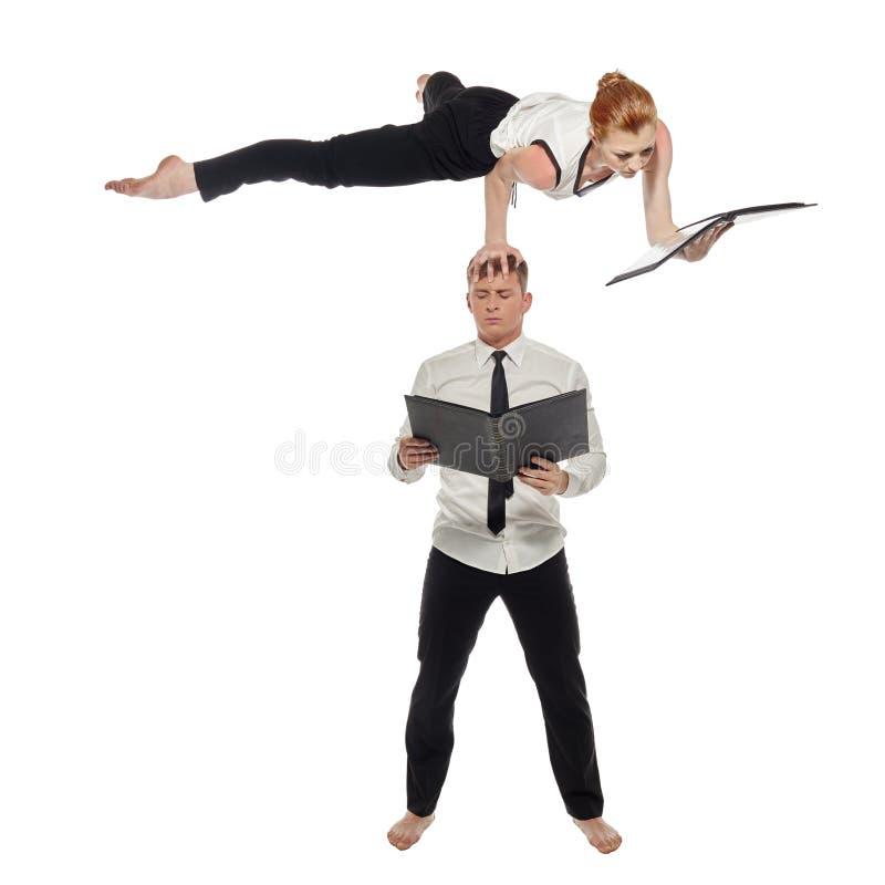 multitasking Οι επιχειρηματίας-ακροβάτες εργάζονται ανά το ζευγάρι στοκ εικόνα με δικαίωμα ελεύθερης χρήσης