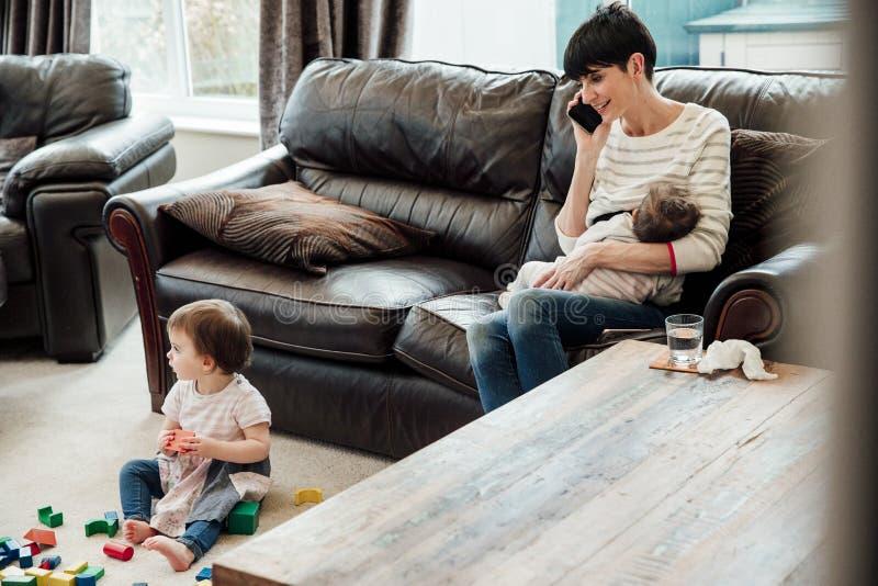 Multitasking Mum thuis stock foto's