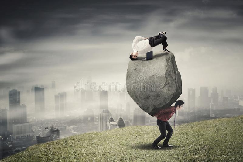 Multitasking onderneemster met haar partner op heuvel royalty-vrije stock afbeelding