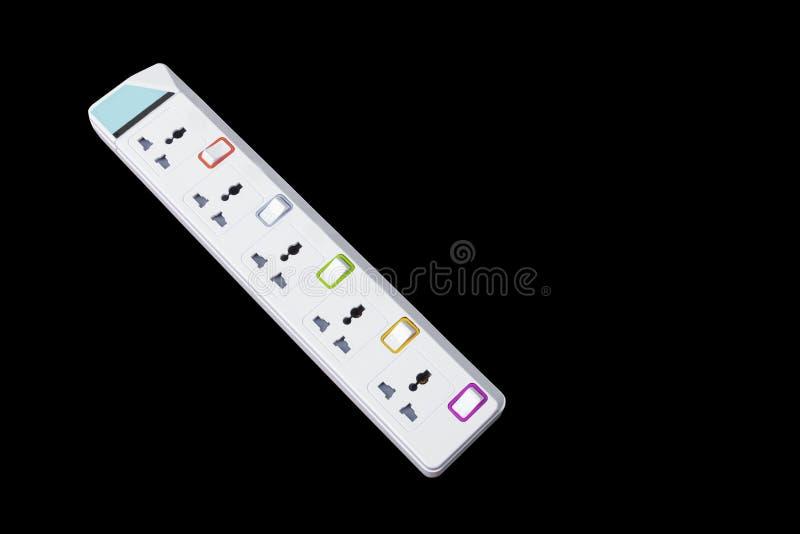 Multitoma eléctrico del zócalo blanco del enchufe aislado en fondo negro imagenes de archivo