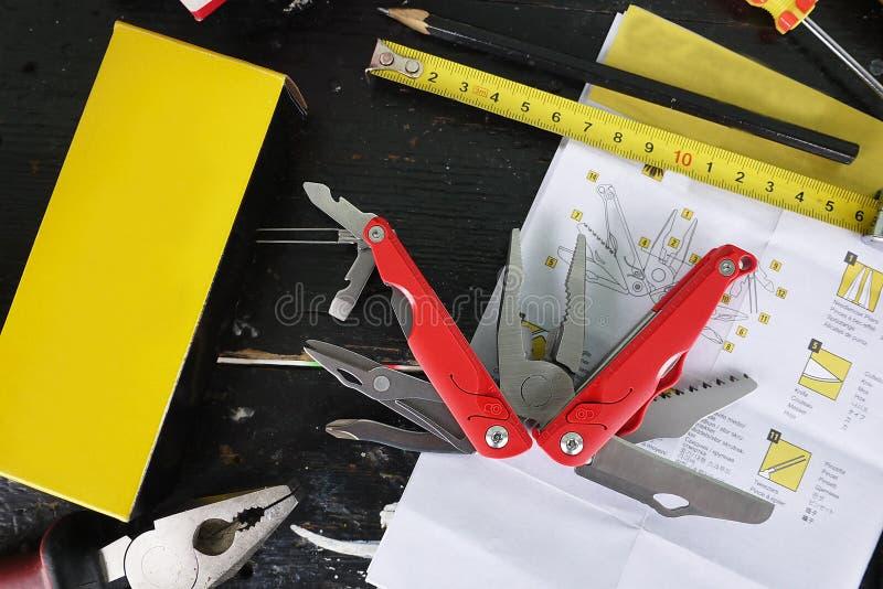 Multitool met een verscheidenheid van apparaten In dit apparaat, in de vorm van een conventioneel pennemes hebt u heel wat punten royalty-vrije stock afbeeldingen