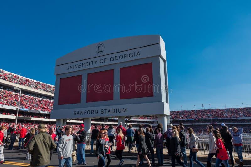 Multitud pasa bajo cartel del estadio Sanford imagen de archivo libre de regalías