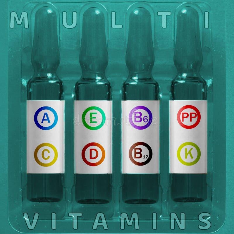 Multivitamins unter Verwendung des Konzeptes Vier Ampules mit überlagerten farbigen Buchstaben von Vitaminelementen Aufschrift A. lizenzfreie stockfotografie