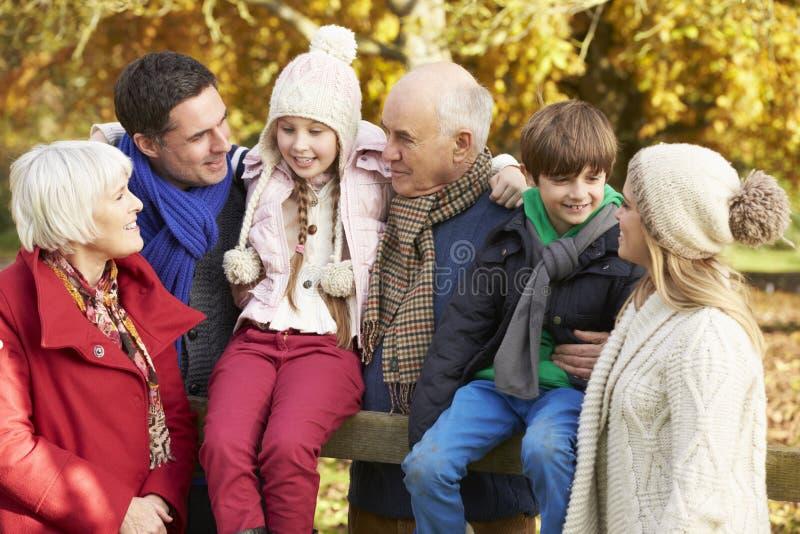 Multl pokolenia rodzina Drewnianym ogrodzeniem Na jesień spacerze obrazy royalty free