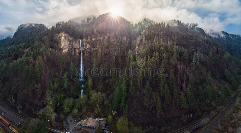 Multnomah Falls och Lodge royaltyfria foton