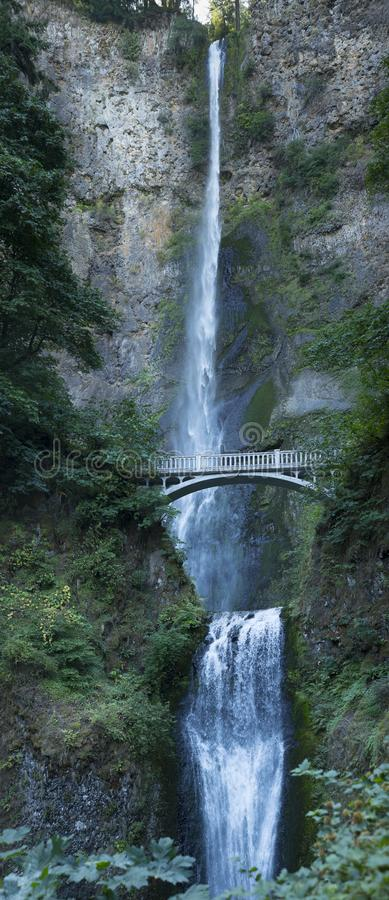 Multnomah superior & mais baixo cai com Benson Footbridge, Oregon imagem de stock