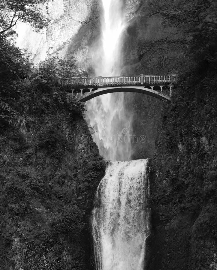 Multnomah Wasserfälle mit Brücke lizenzfreies stockbild