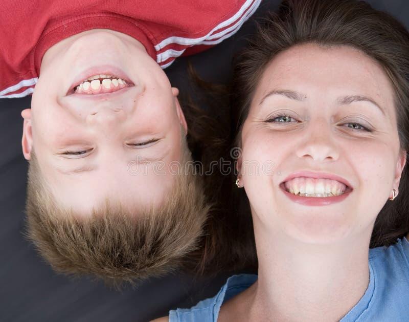 mum γιος χαμόγελου στοκ εικόνες