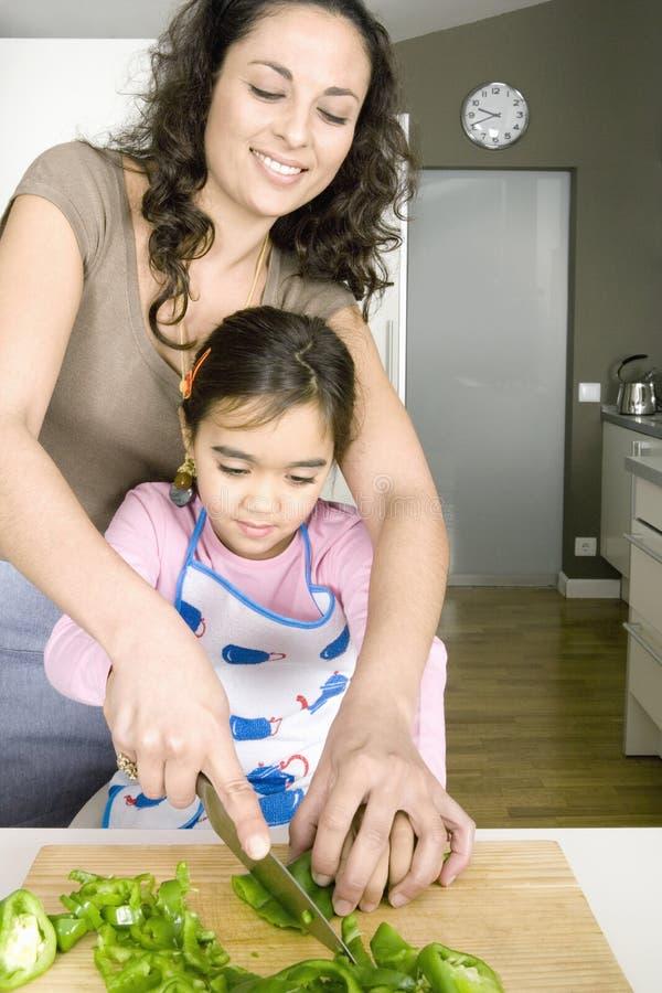 Mum και κόρη που τεμαχίζουν Veggies στοκ φωτογραφία με δικαίωμα ελεύθερης χρήσης