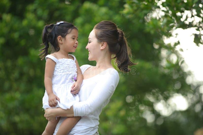 Mum & filha asiáticos imagem de stock