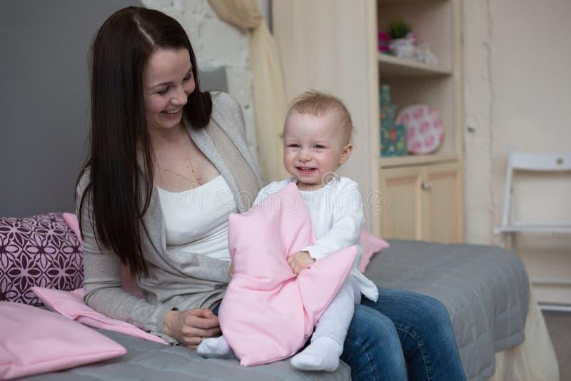 Mum brincalhão engraçado com criança do bebê em casa imagem de stock royalty free