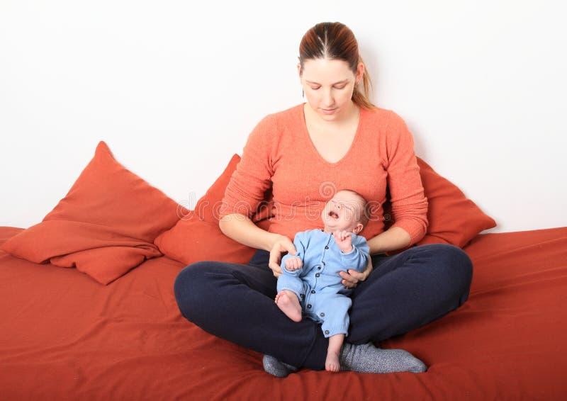 Mum com o bebê recém-nascido de grito fotografia de stock royalty free